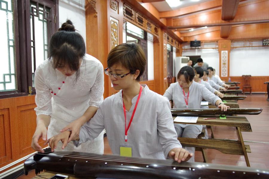 林老师指导学生学古琴