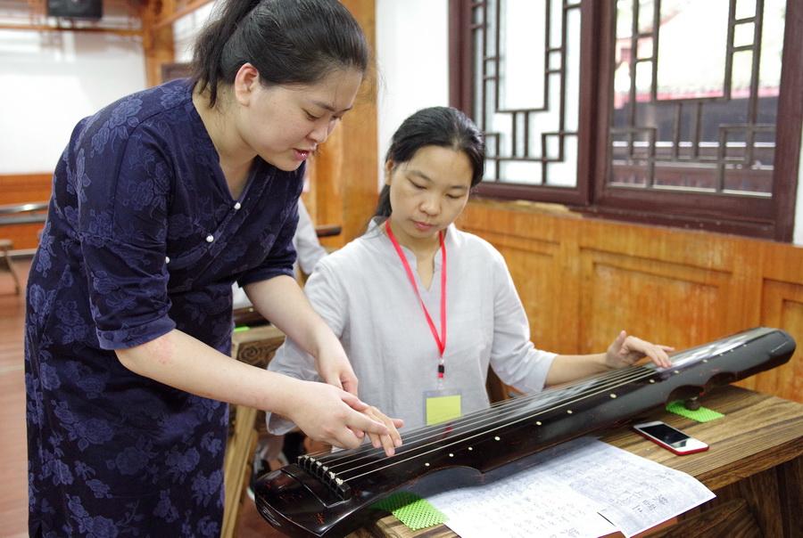吴娅老师指导学生弹琴
