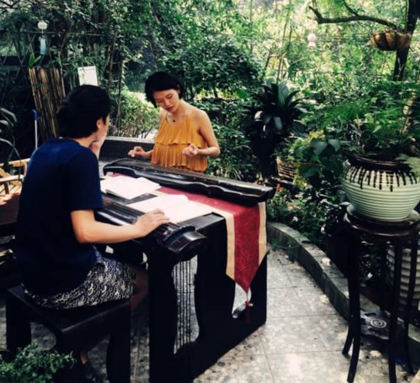 古琴老师刘宇正在上课