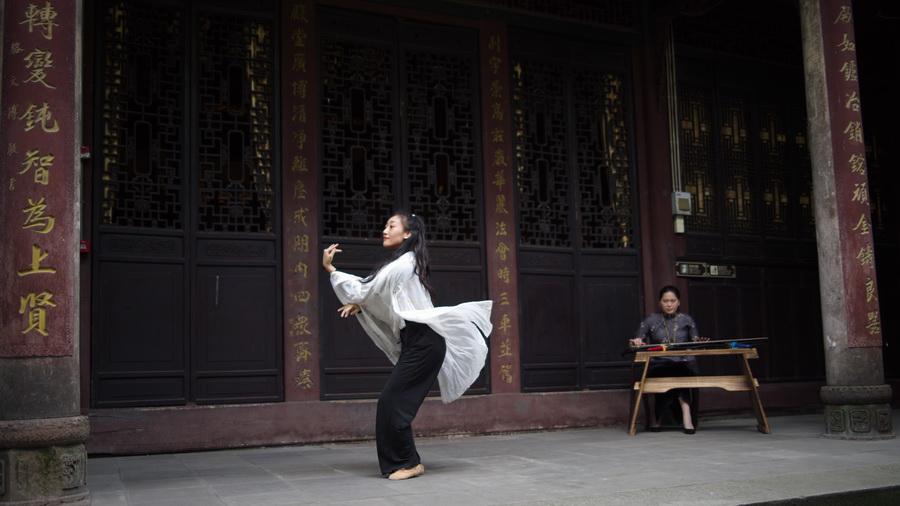 张雅晰表演《古典舞》